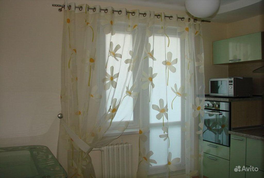 Дизайн зала с балконной дверью фото