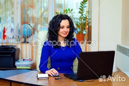 фото брюнетки в офисе