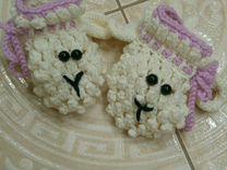 Шапочка-кошка и пинетки-барашки :)